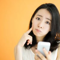 携帯を持つ女性